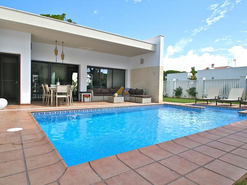 Acondicionar el espacio alrededor de las piscinas. 5 consejos. Acondicionar-el-espacio-alrededor-de-la-piscinas.-5-consejos.